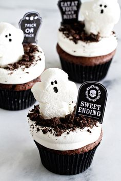 Dirt Pudding Cupcakes will make any kid happy. Ghosts and dirt--yes! More Sweet, Cupcake Recipe, Kids Happy, Halloween Cupcake Dirt Pudding Cupcakes Recipe - Perfect for Halloween Halloween Cupcakes Dirt Pudding Cupcakes -definitely a sweet ending! Halloween Desserts, Halloween Cupcakes, Halloween Fingerfood, Halloween Dessert Table, Hallowen Food, Halloween Food For Party, Halloween Treats, Spooky Halloween, Halloween Decorations