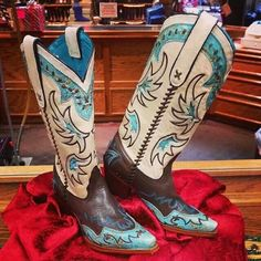 I'm in love w these Tony Lama boots!
