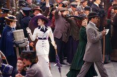 www.trendnstylez.com Rose in Titanic Trong ảnh là hình ảnh bộ phim Titanic diễn ra trong bối cảnh năm 1912, trang phục của Rose-nhân vật trong phim thể hiện đặc trưng thời trang thời kỳ này; áo khoác dài, váy liền chấm gót và mũ rộng vành...