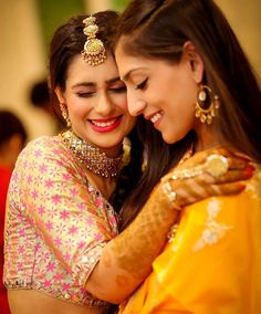 Bride and sister Sister Photography, Indian Wedding Photography Poses, Photography Poses Women, Photography Ideas, Saree Photoshoot, Bridal Photoshoot, Bridal Shoot, Bridal Poses, Wedding Poses