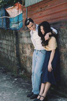 Đơn giản mà vẫn tình, đây là bộ ảnh giả film theo phong cách Hongkong những năm 1990 xinh nhất hôm nay Hong Kong Fashion, 90s Fashion, Vintage Fashion, Pre Wedding Photoshoot, Photoshoot Vintage, Foto Wedding, Couple Shots, Couple Photography Poses, Cute Couples