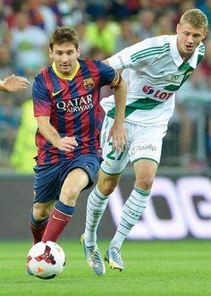 GDA11- GDANSK (POLONIA), 30/07/2013.- El jugador del Fc Barcelona, el argentino Lionel Messi (i) disputa el balón con Adam Dawidowicz (d) del Lechia Gdansk hoy, martes 30 de julio de 2013, durante un