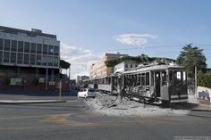 Un tram dilaniato dalle bombe vicino al Verano.