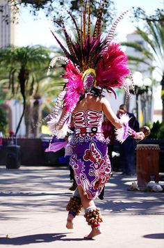 . Aztec Costume, Aztec Symbols, Aztec Warrior, Aztec Art, Festivals Around The World, Aztec Designs, Pow Wow, My Heritage, Native American Indians