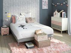 mur couleur gris anthracite, lit gris, linge de lit blanc, coussin, table de not rose, tapis rose, parquet clair, commode repinte en gris, blanc et rose, decoration chambre fille