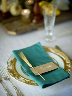 Take a Seat in 10 Tips for a Simply Chic Thanksgiving from HGTV