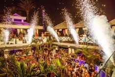 Campanadas en discotecas, Tenerife, Islas Canarias // New Year's Eve in beach clubs, Tenerife, Canary Islands // Silvester in Strandclubs, Teneriffa, Kanarische Inseln #VisitTenerife New Years Eve 2018, Canary Islands, Beach Club, Christmas Tree, House Styles, Holiday Decor, End Of Year, Discos, Party