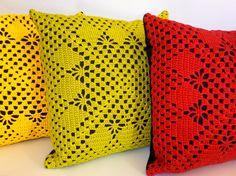 Esta almofada feita artesanalmente de crochê amarelo e jeans, tem um ar mais rústico e se destaca em qualquer ambiente.    Con...
