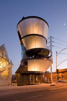 La Torre Samitaur es un edificio de observación y comunicación situado en Culver City, California, proyectado por el arquitecto Eric Owen Moss. La torre cuenta con 5 pantallas externas orientadas hacia diversos puntos de la ciudad, en donde se proyecta información y contenido gráfico relevante de la zona