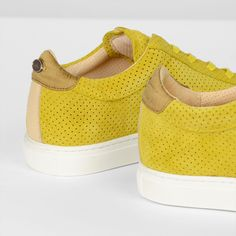 This sporty yet elegant sneaker of Fred de la Bretoniere has it all. A perforated suede in a vibrant trend colour, soft natural leather lining for ultimate comfort and a beautiful contrasting silk heel patch to top it off. Available in different colour combinations now online and in store! #freddelabretoniere #casualelegant #newcollection #SS18 #craftsmanship