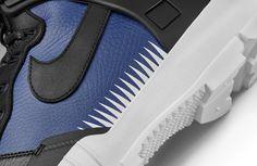 ナイキラボとアンダーカバーのコラボレーションによるスニーカーブーツが1月28日(土)に発売となる。 登場するのは、ダンクのアッパーに、SFB(スペシャルフィールドブーツ)のミッドソールとアウトソール、エアハラチのヒールパーツを組み合わせたスニーカーブーツ「SFB ジャングルダンク」。サイドにはアンダーカバーのデザイナー・高橋盾の腕のタトゥーをイメージしたトライアングルパターンをプリントしている。スポーツ、ミリタリー、モードが融合したデザインを象徴するかのように、左のヒールに「CAHOS」(混沌)、右のヒールに「BALANCE」(調和)という言葉を配置。まさにアンダーカバーの世界観を体現した一足になっている。 クッショニングや高耐水性のマテリアル等、機能性も抜群。ホワイトとロイヤルブルーが中心のカラーとネイビーとブラックが中心のカラーの2つのバリエーションを揃えている。唯一無二の存在感を放つスニーカーは、ナイキラボ エムエーファイブ、ナイキ公式サイトならびにアンダーカバーの一部店舗で販売。