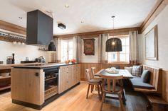 Küche und Essbereich im Luxus-Chalet in Lech am Arlberg.