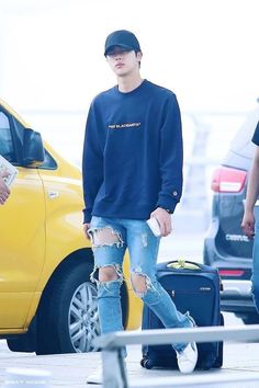 Jin His legs look so good in this picture Seokjin, Bts Airport, Airport Style, Kpop Fashion, Korean Fashion, Airport Fashion, Nerd, Bts Inspired Outfits, Kim Jin