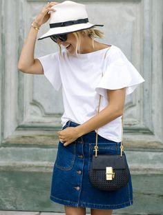 Cet été, on transforme un look casual en une tenue chic en troquant son tee-shirt blanc contre un top immaculé
