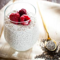 Proteinreicher Chia-Pudding mit Magerquark: Grundrezept Today I have another healthy breakfast for you: A variation of my basic recipe for Overnight Oats. Not that the Overnight Oats are not healthy, but occasionally a bit … No Calorie Foods, Low Calorie Recipes, Low Carb Breakfast, Breakfast Recipes, Brunch Recipes, Law Carb, Low Carb Desserts, Smoothie Recipes, Protein Smoothies