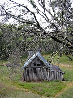 This hut survived the bushfires in the Victorian High Country Old Buildings, Abandoned Buildings, Abandoned Places, Australian Architecture, Australian Homes, Australian Bush, Old Country Houses, Old Farm Houses, Abandoned Farm Houses