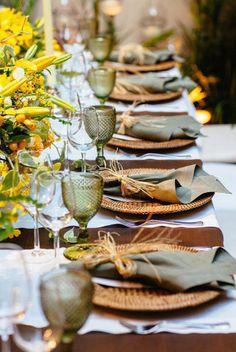 Flores naturais e detalhes de palha ou de fibra garantem uma linda mesa para um almoço ao ar livre.