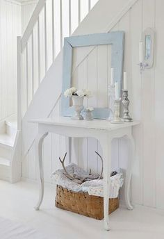 Fresh white with a touch of pale blue ♡