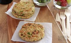 Hamburger di farina d'avena vegani - www. Vegan Recepies, Raw Food Recipes, Veggie Recipes, Vegetarian Recipes, Healthy Recipes, Brunch, Greens Recipe, Slow Food, Galette