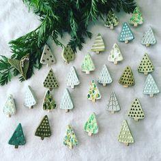【陶土】三角の木 ブローチ (水色)