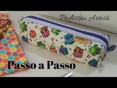 Estojo Escolar com Debrum - YouTube Diy Pencil Case, Crochet Accessories, Small Bags, Diy And Crafts, Sunglasses Case, Sewing Projects, Zip Around Wallet, Coin Purse, Patches