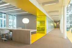 geel als rode lijn | verbinding van tafel met vergaderruimte | ruimtelijk meubel