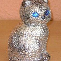 S��e Katze Babykatze sucht ein neues Zuhause.Die funkelnde Katze ist anspruchslos, einfach nur s�� und einzigartig. Die silbernen Metallcpailletten lassen die Katze total edel aussehen, mit den herrlich funkelnden dunkelblauen Augen ist die Katze ein richtiger Hingucker. http://sunshine-design.neueshop.com/?page=details&pId=3087163&