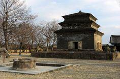 Remains of the 9-story stone pagoda of Bunhwangsa from the Silla Kingdom. 분황사는 '삼국사기권제 5 新羅本紀 제 5 善德王條'의 기록에 의하면 선덕왕 3년(624)에 창건되었다 한다.