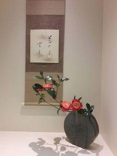 O Blog Arte das Ikebanas está completando 1(um) Ano dia 25/05/2017 com mais de 15 mil visualizações e mais de 10 países, postagens diárias Ikebana Flower Arrangement, Ikebana Arrangements, Flower Arrangements, Hibiscus, Ikebana Sogetsu, Japanese Flowers, Japanese House, Arte Floral, Topiary