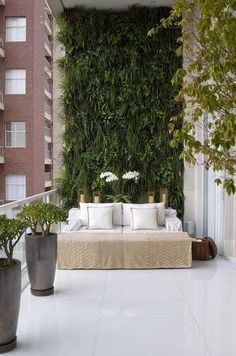 Balcony Green Wall Ideas: Vertical Living Wall - Unique Balcony & Garden Decoration and Easy DIY Ideas Apartment Balcony Decorating, Apartment Balconies, Cozy Apartment, Apartment Walls, Balcony Garden, Indoor Garden, Balcony House, Jardin Vertical Artificial, Balkon Design