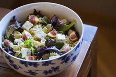 Ensalada de pasta farfalle con higos, piñones y queso gorgonzola