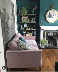Pink velvet sofa, botanical wall hanging, shelves and a velvety green wall in the living room Dark Green Living Room, Funky Living Rooms, Dark Green Walls, Living Room Decor, Blue Walls, Pink Velvet Sofa, Green Sofa, Room Inspiration, Interior Design