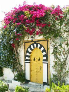 Et le choix est difficile ...tiens, celle là (...) Sidi Bou Said, Yellow Doors, Unique Doors, Islamic Architecture, Cozy Place, Urban Sketching, Entrance Doors, Painted Doors, Garden Gates
