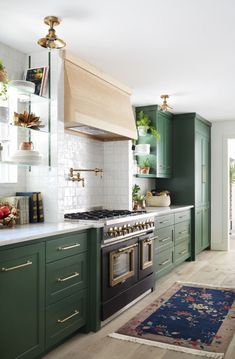 Colorful Kitchen Decor, Home Decor Kitchen, Kitchen Interior, Home Kitchens, Colorful Kitchens, Bright Kitchen Colors, Green Kitchen Decor, Dark Green Kitchen, Green Kitchen Cabinets