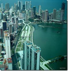 Panama City.La ave. Balboa paralela a la Cinta Costera.  Hacia Punta Paitilla.