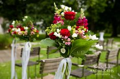 red and white rose wedding flower arrangement by (c) radmila kerl wedding photography munich