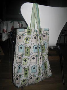 Her er en DIY på en tote bag eller mulepose, der er så stor at den kan indeholde div. indkøb, eller fuldt udstyr til barnet med flyverdragt...