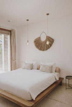 The Flemish Caro bought two years ago, a villa in Bali. Sounds like a dream, right? Her Balinese villa stands out for its minimalist design. Bali Bedroom, Home Decor Bedroom, Bedroom Inspo, Bedroom Ideas, Cama Design, Bali Style Home, Bali Decor, Balinese Decor, Balinese Villa