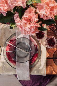 Amenajarea mesei este o adevărată artă care îmbină utilul cu plăcutul. Pentru un plus de eleganță servește-i pe cei dragi cu bunătăți în farfurii diafane! #farfurii din sticla #pahare din sticla #tacamuri inox #set tacamuri Alcoholic Drinks, Wine, Table Decorations, Glass, Home Decor, Decoration Home, Drinkware, Room Decor, Corning Glass