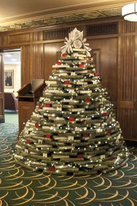christmas tree with books Book Christmas Tree, Book Tree, Christmas Tree Toppers, Christmas Presents, Christmas Tree Decorations, Holiday Decor, Green Books, Library Card, Shades Of Green
