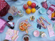 Schönes Picknickgeschirr von Overbeck and Friends mit Holzbesteck von Meri Meri, Damit alles frisch bleibt kann man die kleinen Kühltaschen von Rexinter verwenden. Foto von minimenschlein.de #picknick #overbackandfriends #merimeri #rexinter