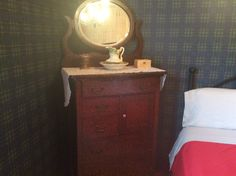 Meuble acheté en 1920 par mon père Adrien Bertrand pour son trousseau.  Il s'est marié en 1925 et les parents ont gardé les mêmes meubles au cours de leurs 57 ans de mariage.  Dans la chambre des ancêtres au Couette & Café À la Québécoise 418-529-2013 Bertrand, 2013, Nightstand, Parents, Vanity, Table, Furniture, Home Decor, Duvet
