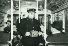 A Paris, prenez l'autobus ! Comme ici, fin années 1940, avec son receveur ambulant et son appareil oblitérateur... (photo RATP)