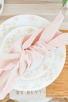 Gold, pinks and bubbly too, this tea time soiree is positively lovely. Glass Conservatory, Tea Party Bridal Shower, Tea Time, Champagne, Bubbles, Spring, Tableware, Pretty, Gold