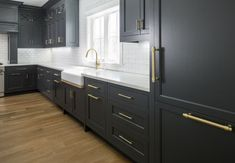 Grey Painted Cabinets, Classic Kitchens, Kitchen Renovation, Kitchen Cabinet Trends, Elegant Kitchens, New Kitchen Cabinets, Kitchen Interior, Interior Design Kitchen, Dark Grey Kitchen Cabinets