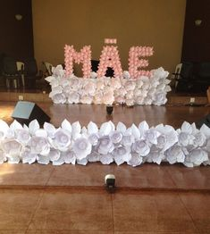Um linda decoração para o Dia das Mães. Diy Hacks, Paper Flowers, Backdrops, Homemade Wedding Gifts, Reception Decorations, May 27, Murals, Events, Tissue Flowers