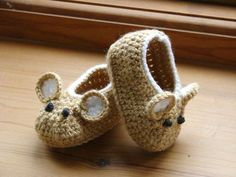 Little Fieldmouse Baby Shoes. Gotta find a baby to make these for now. Crochet Pattern (PDF file) Little Fieldmouse Baby Shoes. via Etsy. Little Fieldmouse Baby Shoes super cute x : Cant believe Im even considering this pattern, knowing how I feel about m Cute Crochet, Crochet For Kids, Crochet Crafts, Yarn Crafts, Knit Crochet, Crochet Granny, Crochet Doilies, Diy Crafts, Crochet Baby Booties