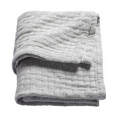 """Een deken met kleine stippen van b-boo. Klassiek en altijd mooi. Maar door het """"stonewash""""- effect zijn de kleuren zacht en toch stoer. Deze babydeken past in zowel een moderne als klassieke babykamer. Verkrijgbaar in 75x100 cm en 120x150cm.  Eigenschappen 100% katoen Machine wasbaar verkrijgbaar in 2 afmetingen Verkrijbaar in 4 kleuren Stonewash effect"""