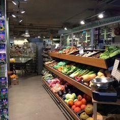 EkoPlaza is een initiatief om natuurvoeding bereikbaar te maken voor een groot publiek door middel van eigentijdse grote supermarkten.