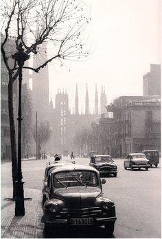Barcelona 1962 Sagrada Familia al fons. Photo:Xavier Miserachs.